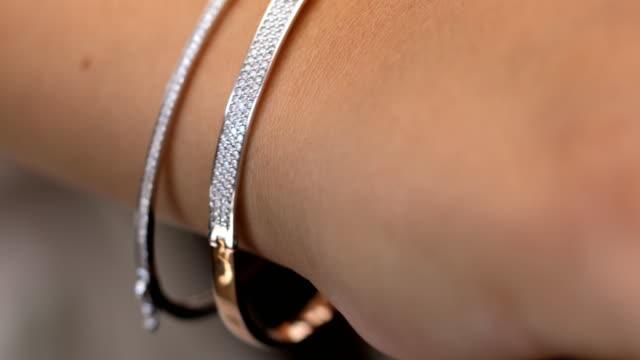 stockvideo's en b-roll-footage met diamant armband sieraden cadeau voor vrouwen - halsketting
