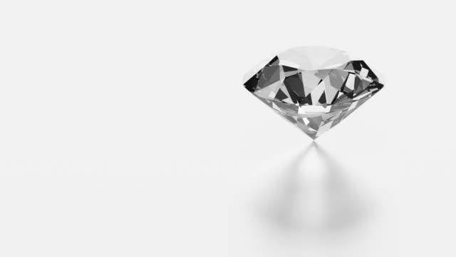 diamant rotiert auf weißem hintergrund mit kopierraum - karo stock-videos und b-roll-filmmaterial