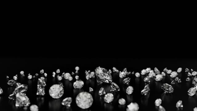 diamanten auf schwarzem hintergrund mit reflexion auf der oberfläche. 3d-rendering. - antique shop stock-videos und b-roll-filmmaterial