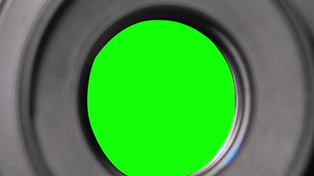 membran blad av fast linsöppning och stängning bländare f-stop justering av en foto kamera närbild skott med grön chroma nyckel - fotoram bildbanksvideor och videomaterial från bakom kulisserna