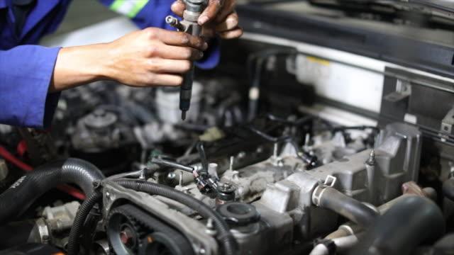 dieseltekniker som arbetar på en motor. - mekaniker bildbanksvideor och videomaterial från bakom kulisserna
