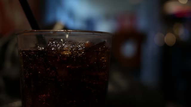 A Diet soda drink in restaurant with ice - vídeo