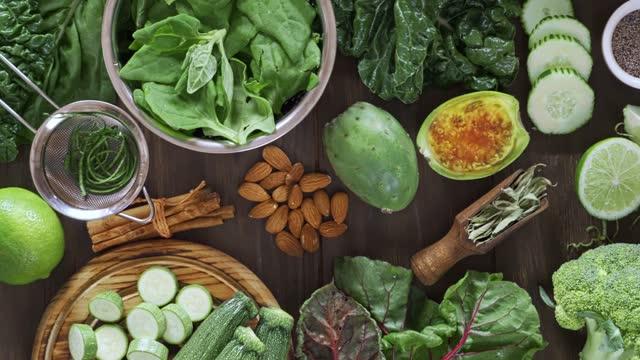 vídeos y material grabado en eventos de stock de concepto de dietas: directamente debajo de la inyección de frutas y verduras verdes para una dieta saludable de desintoxicación - antioxidante