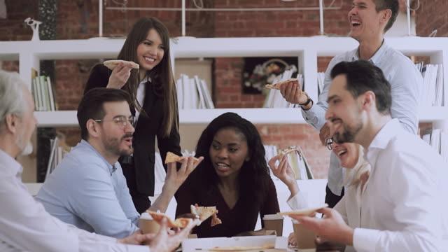 서로 다른 연령대의 혼합 인종 비즈니스 사람들이 함께 점심을 즐기고 있습니다. - black friday 스톡 비디오 및 b-롤 화면
