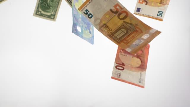 verschiedene banknoten fallen in zeitlupe - euros cash stock-videos und b-roll-filmmaterial