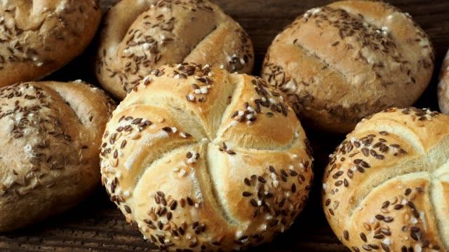 vídeos de stock, filmes e b-roll de pão diferente sobre um fundo de madeira rústico. variedade de padaria de pão. - estilo de vida dos abastados