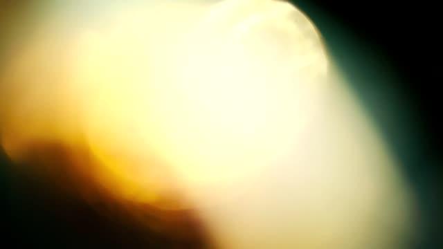 異なる色のボケ味パルス ang フロー。暗闇の中で混合色で美しい光の漏れ - フレア点の映像素材/bロール