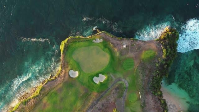 vidéos et rushes de différents endroits colorés sur la petite surface de cape d'île verte - golf