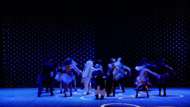 stockvideo's en b-roll-footage met verschillende gek helden dansen op het podium in het moderne theater - vetschmink