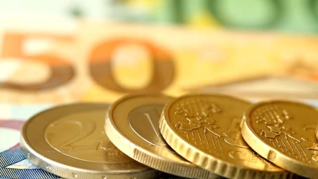 verschiedene euro-münzen - amerikanische geldmünze stock-videos und b-roll-filmmaterial