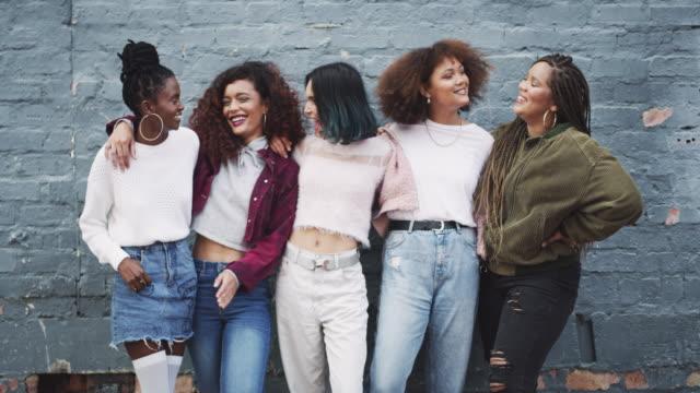 vídeos de stock, filmes e b-roll de diferente é bom - amizade feminina