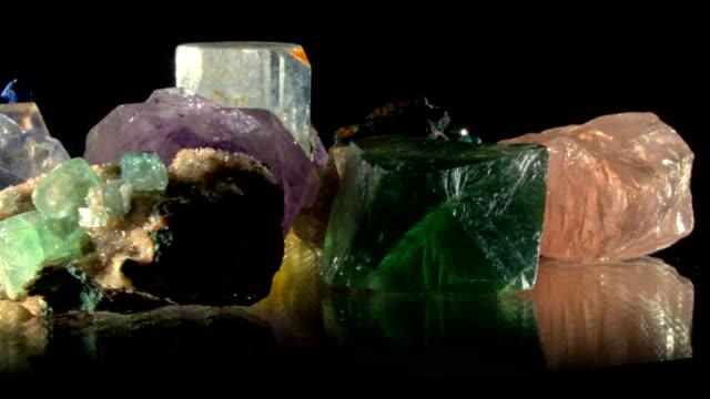 olika mineraler att vrida på svart - kristall bildbanksvideor och videomaterial från bakom kulisserna
