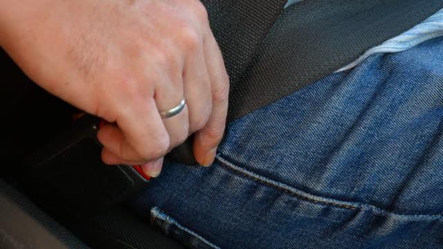 vidéos et rushes de différents plans d'une personne attachant la ceinture de sécurité d'une voiture - homme slip