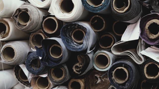 olika rullar med färgglada kläder textil - skräddare bildbanksvideor och videomaterial från bakom kulisserna