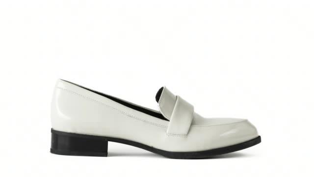 vídeos de stock, filmes e b-roll de coleção de sapatos diferentes parar o movimento no fundo branco - moda de inverno