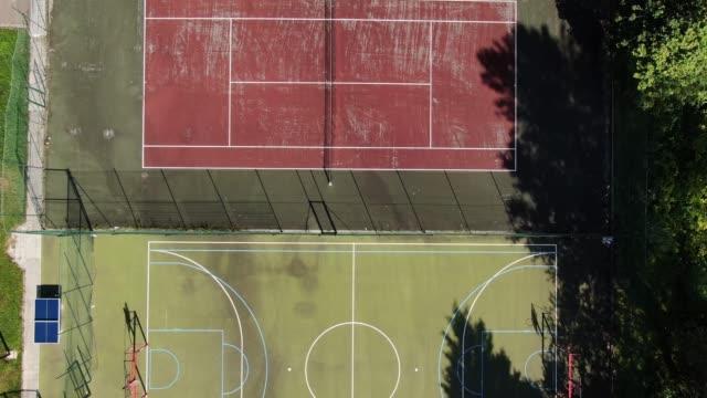 vídeos y material grabado en eventos de stock de diferentes pistas deportivas como se ve desde arriba - edificio escolar