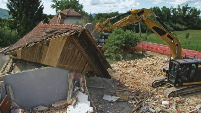 CS Digger taking the roof off a building by smashing it video
