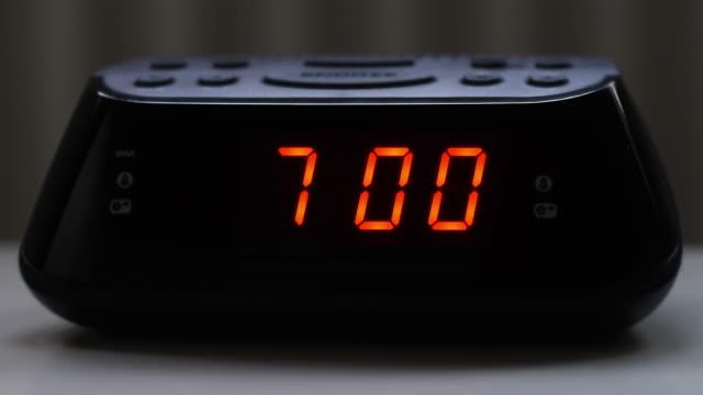 digital väckarklocka, 6,59 till 7.00. - alarm clock bildbanksvideor och videomaterial från bakom kulisserna