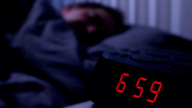vídeos y material grabado en eventos de stock de despertador digital, hombre despertarse a las 7:00. - dormir