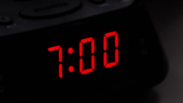 digital väckarklocka, tid fro 6,59 till 7.00. - alarm clock bildbanksvideor och videomaterial från bakom kulisserna