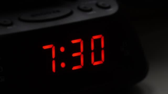 digital väckarklocka, tid fro 7,29 till 7.30. - alarm clock bildbanksvideor och videomaterial från bakom kulisserna
