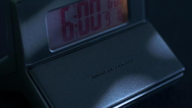 digitaler wecker erwachen sie ein nickerchen - verfault stock-videos und b-roll-filmmaterial