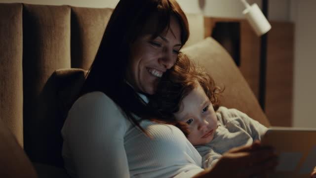 digital bedtime story - время дня стоковые видео и кадры b-roll