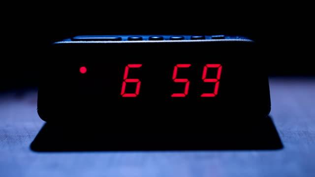 vídeos de stock e filmes b-roll de digital clock - continuidade