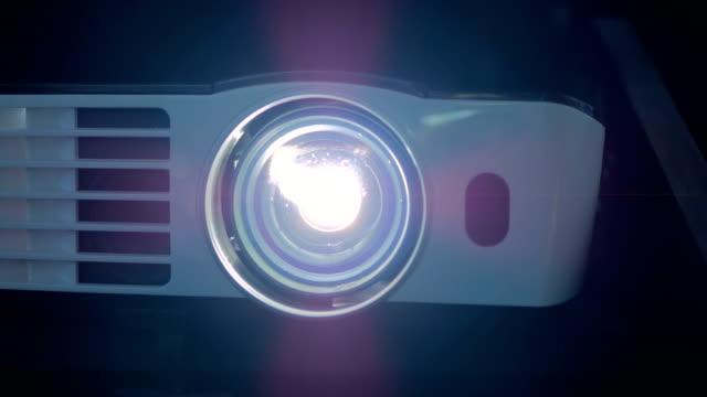 digital film projector - urządzenie projekcyjne filmów i materiałów b-roll