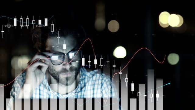 vídeos de stock, filmes e b-roll de digital vídeo gerado do gráfico e o homem cansado, trabalhando no computador 4k - digital