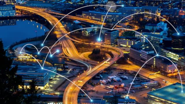 vídeos y material grabado en eventos de stock de línea de conexión de red de 4 k digital entre edificio sobre manera expresa con semáforo en la ciudad de bergen en la hora del atardecer, clip de lapso de tiempo, tecnología y concepto futurista - bergen