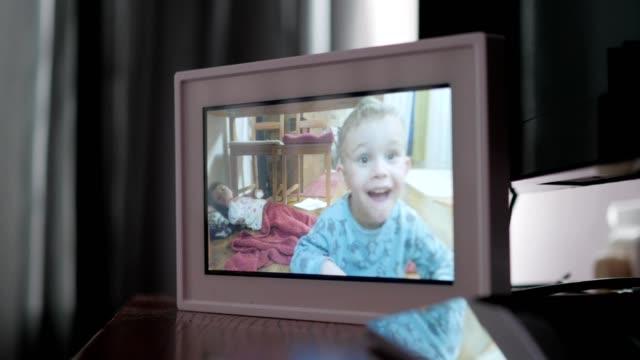 digital fotoram som visar familjebilder - fotoram bildbanksvideor och videomaterial från bakom kulisserna