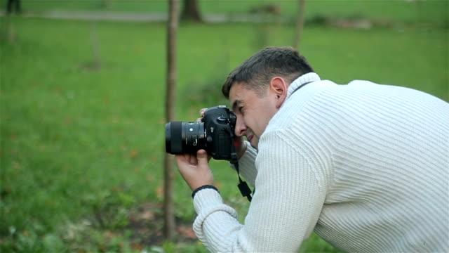 vídeos de stock e filmes b-roll de fotografia digital - man admires forest