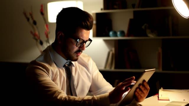 digital tablet with business chart - продвижение трудовые отношения стоковые видео и кадры b-roll