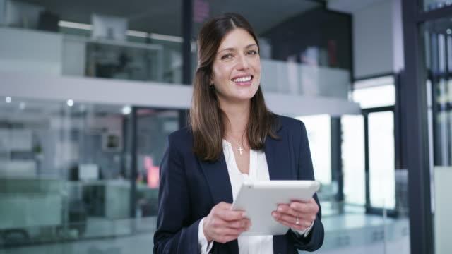 digital teknisk gör den för jag - affärskvinna bildbanksvideor och videomaterial från bakom kulisserna