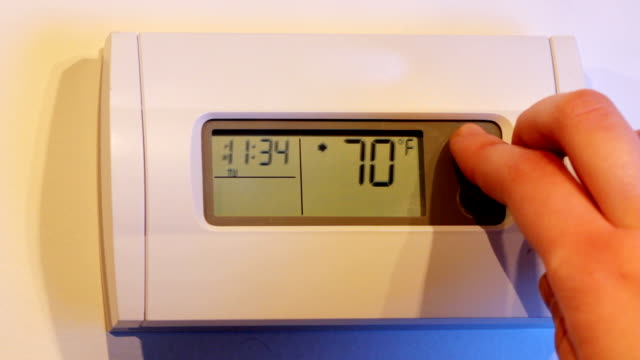 digital wall thermostat - kälte stock-videos und b-roll-filmmaterial