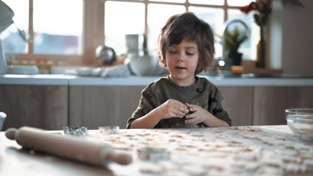 flitiga boy göra pepparkakor cookies - konsthantverk bildbanksvideor och videomaterial från bakom kulisserna