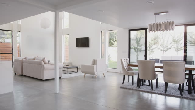 vídeos de stock e filmes b-roll de dining area and lounge in stylish and contemporary empty home - sala