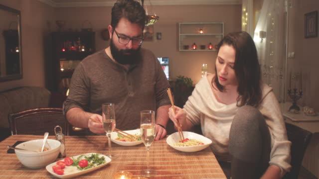 Cena en casa - vídeo