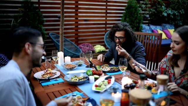 vídeos y material grabado en eventos de stock de cena invitados hablando en la mesa y comiendo - vegana