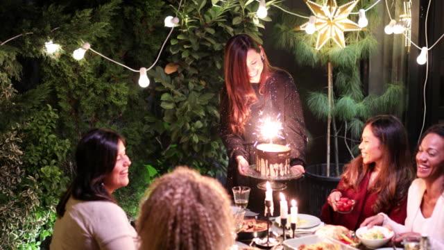 vídeos de stock e filmes b-roll de dinner party - bolo sobremesa
