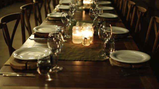 レストランでの夕食のテーブル - テーブル 無人のビデオ点の映像素材/bロール