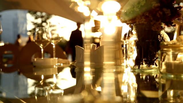 日没の夕食のテーブル - 高級料理点の映像素材/bロール