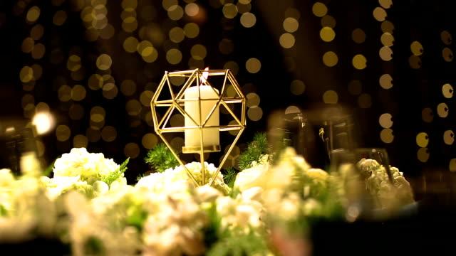 vídeos de stock e filmes b-roll de dinner table setting at wedding reception. - arranjo