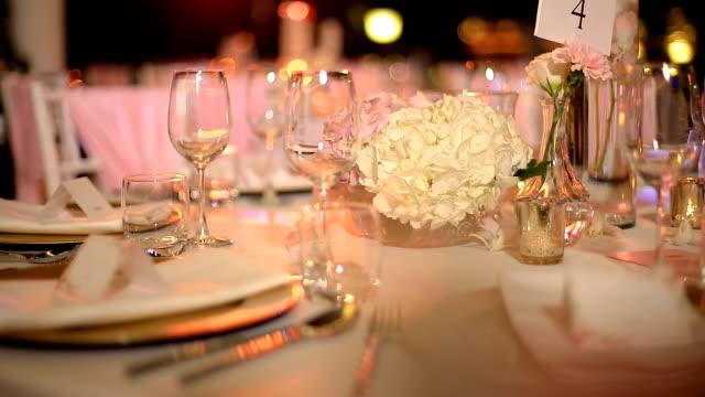 vídeos y material grabado en eventos de stock de ajuste de la tabla de cena en la recepción de la boda. - cuchillo cubertería