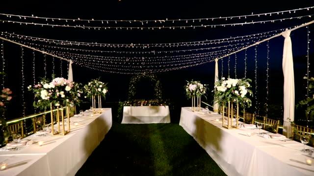 vidéos et rushes de dîner table mise à la réception de mariage. - banquet