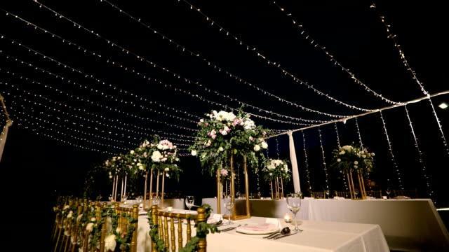 Ajuste de la tabla de cena en la recepción de la boda. - vídeo