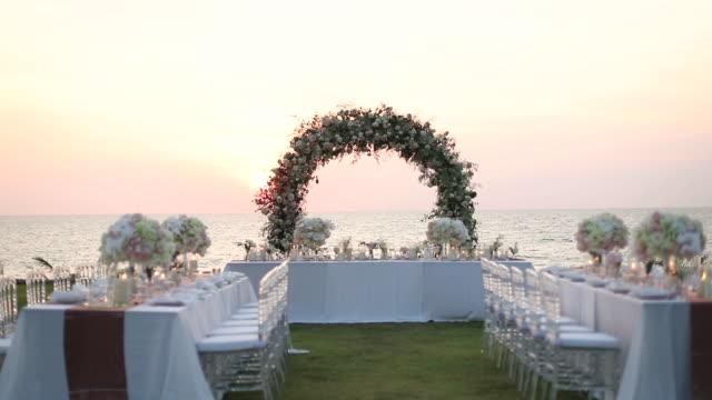 vídeos de stock, filmes e b-roll de mesa de jantar na recepção do casamento. - casamento