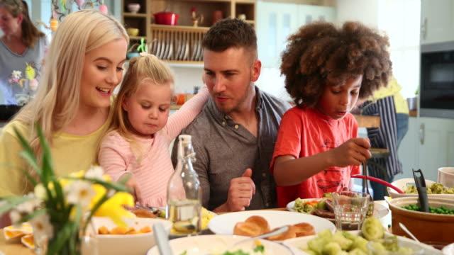vídeos de stock e filmes b-roll de dinner time with my kids - jantar assado