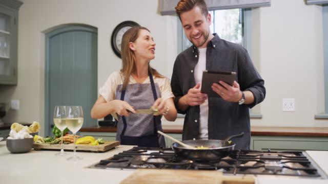 vídeos de stock e filmes b-roll de dinner's on the internet tonight - cooker happy